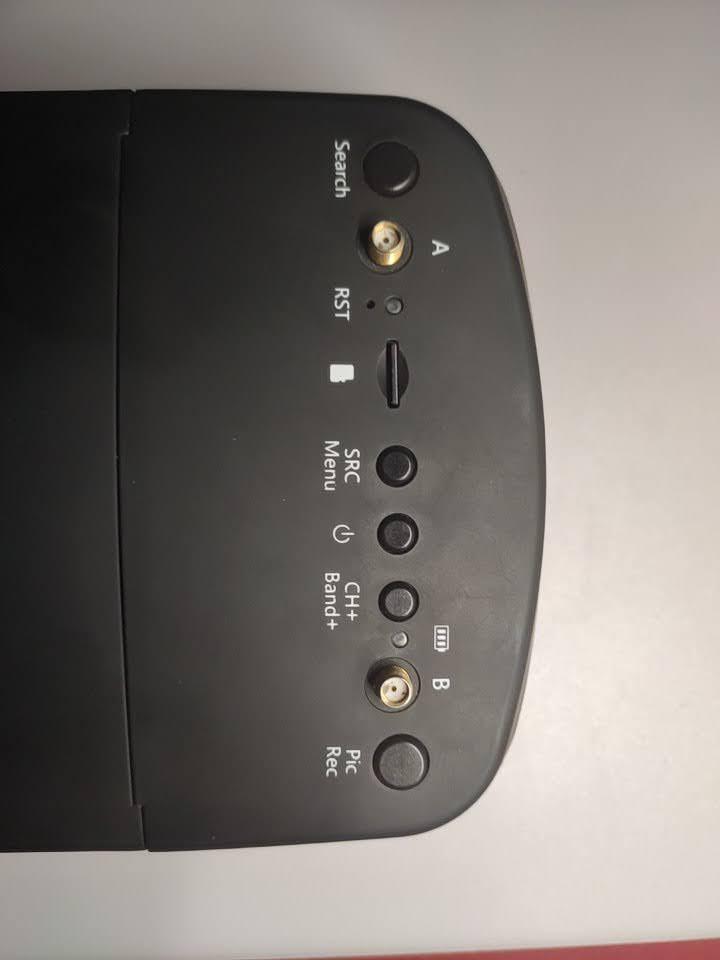 photo du dessus eachine ev800d boutons antenne A et B diversity